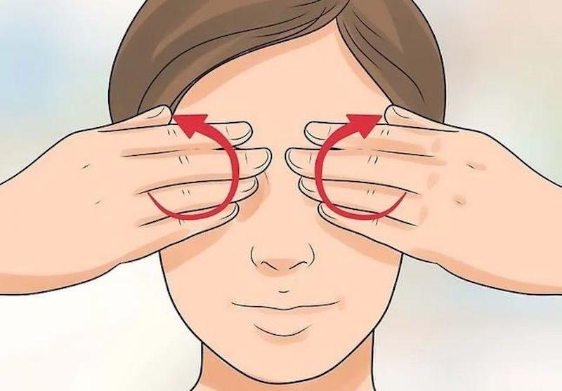 Động tác xoa tay vào hai mắt