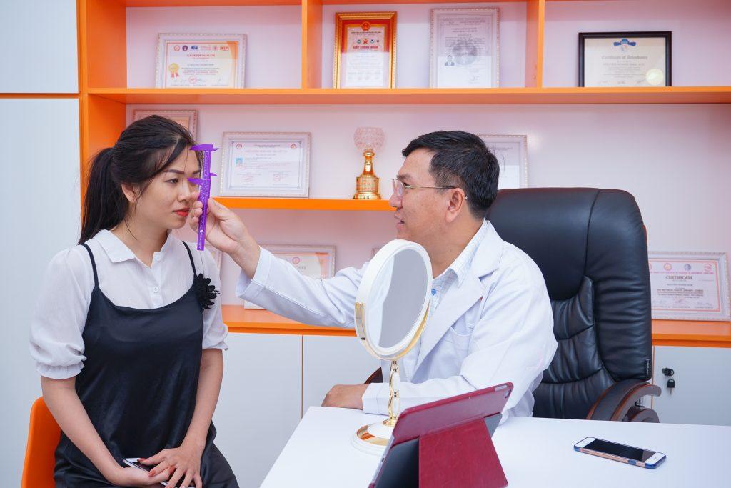 Khách hàng được thăm khám, tư vấn bởi bác sĩ