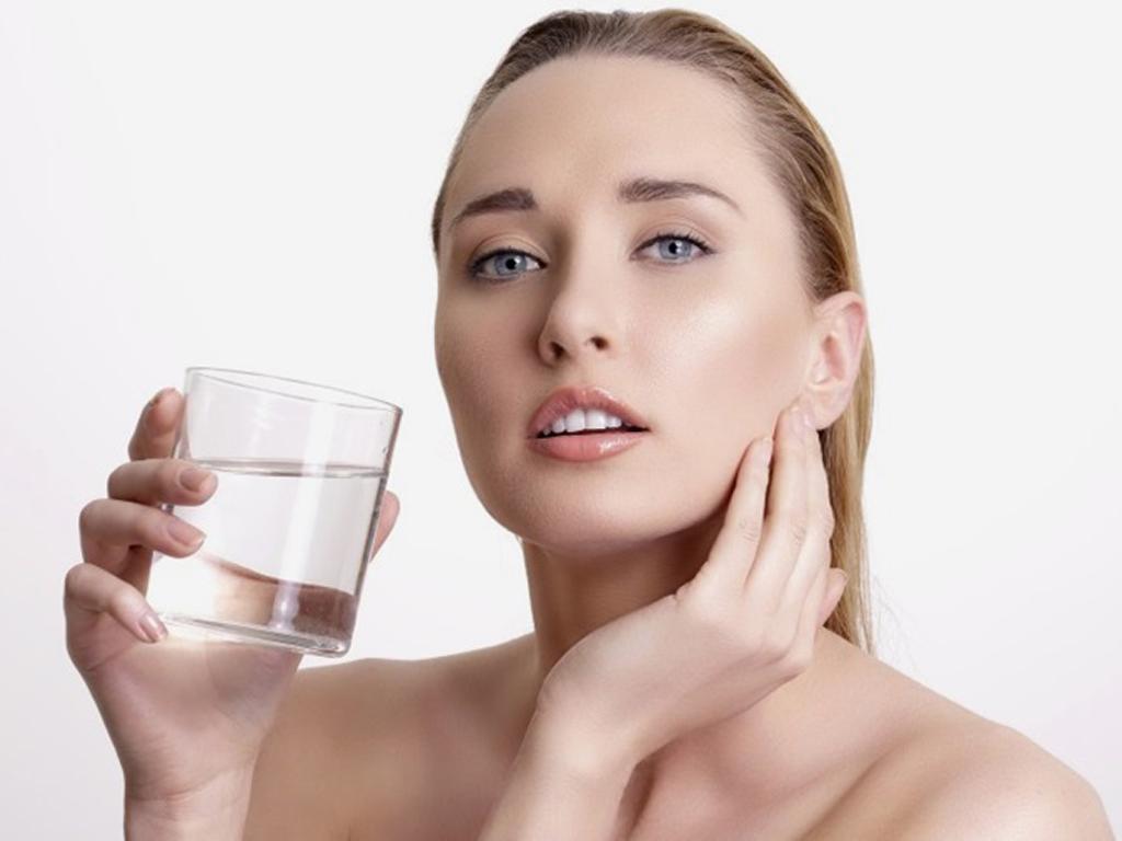 Uống đủ nước mỗi ngày để duy trì tuổi trẻ cho làn da