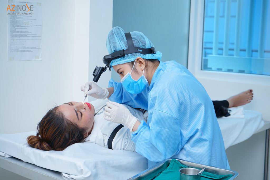 Khách hàng được cham sóc hậu phẫu sau phẫu thuật
