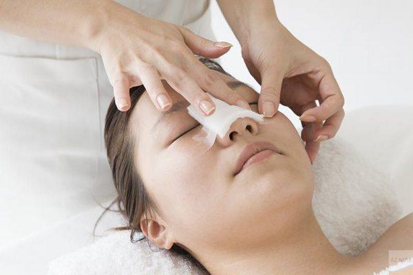 Trước khi phẫu thuật nâng mũi, các bác sĩ sẽ tiến hành gây mê cho bệnh nhân.