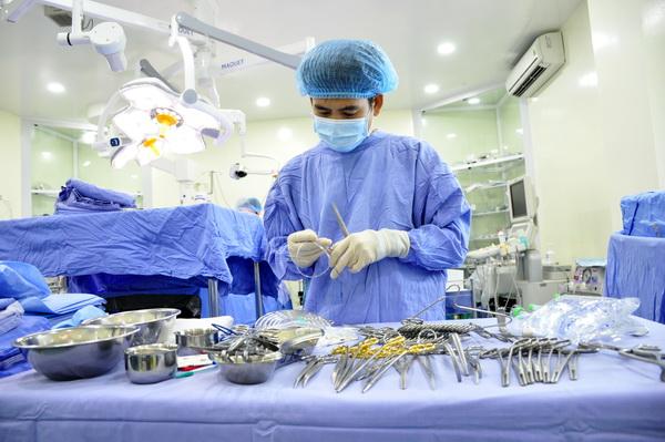 Vô trùng dụng cụ phẫu thuật là điều cực kỳ quan trọng.