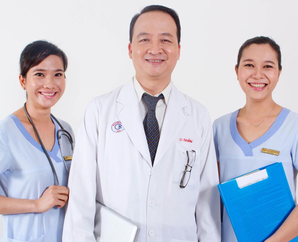 Bác sĩ Nguyễn Thành Nhân nổi tiếng với nâng mũi cấu trúc sụn sườn