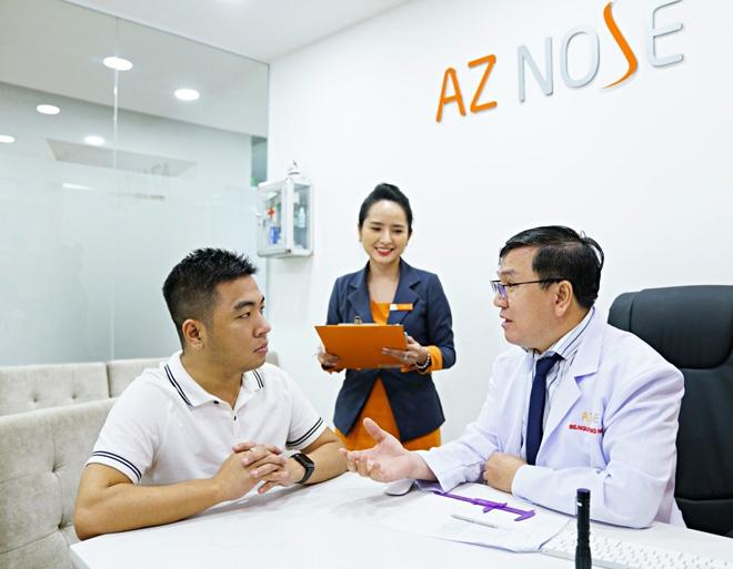 Khách hàng tư vấn trực tiếp với bác sĩ chuyên môn cao tại AZ NOSE.