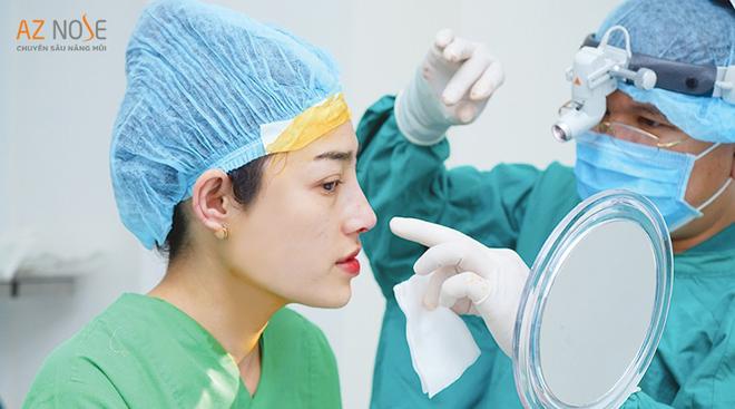 """Ngồi xem dáng mũi trước khi đóng vết khâu là một """"đặc quyền"""" tại phòng khám chuyên sâu nâng mũi AZ NOSE"""