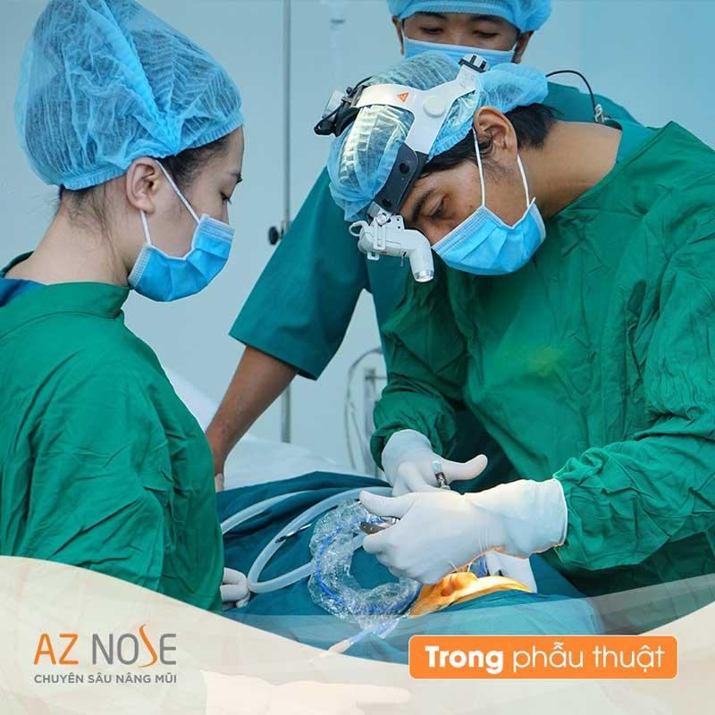 Bác sĩ thực hiện phẫu thuật theo dáng mũi khách hàng lựa chọn