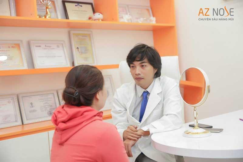 Bác sĩ tư vấn phương pháp phẫu thuật nâng mũi phù hợp tại phòng khám chuyên sâu nâng mũi AZ NOSE