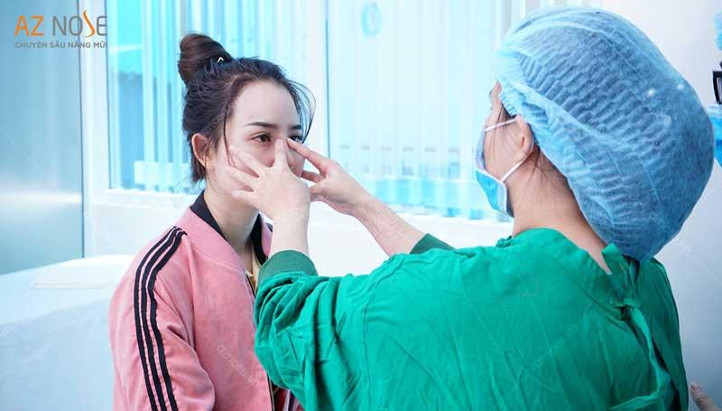 Khách hàng được tái khám định kỳ cùng bác sĩ của phòng khám chuyên sâu nâng mũi AZ NOSE