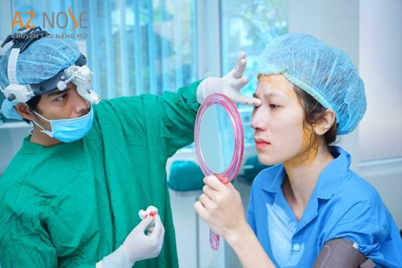 Khách hàng được xem dáng mũi trước khi bác sĩ đóng vết khâu tại phòng khám chuyên sâu nâng mũi AZ NOSE