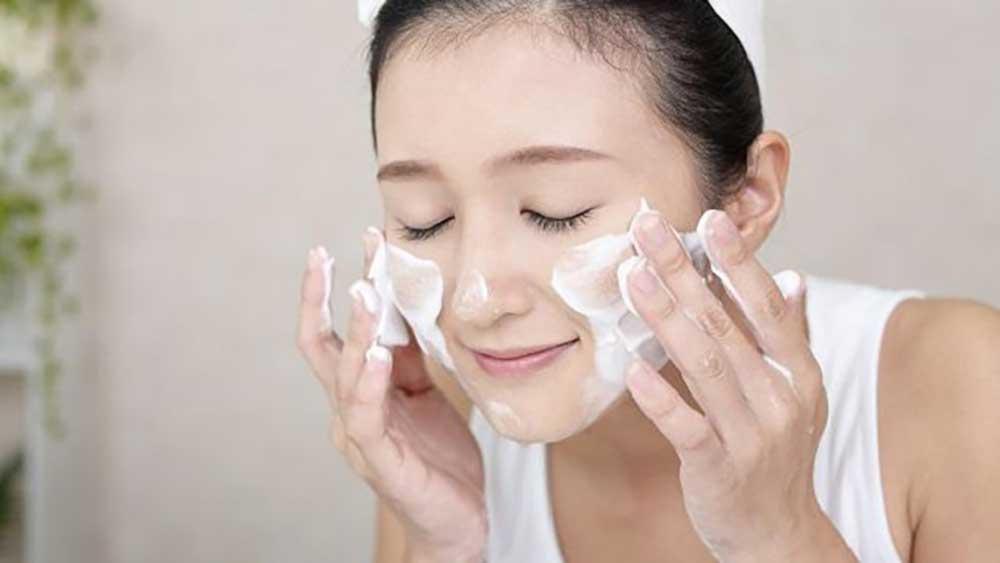 Rửa mặt thường xuyên để da sạch hơn