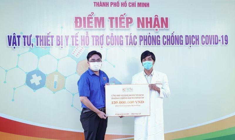 BSCKI Đinh Xuân Sơn Tùng đại diện phòng khám chuyên sâu nâng mũi AZ NOSE trao 150 triệu đồng cho Thành đoàn TP.HCM.