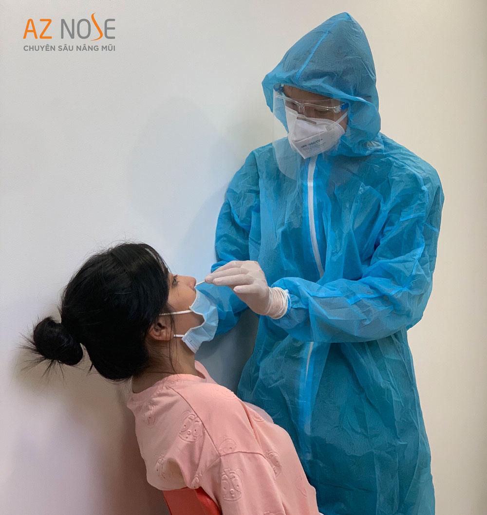 MC Cao Vy - Khách hàng Phòng khám Chuyên sâu Nâng mũi AZ NOSE thực hiện lấy mẫu xét nghiệm Covid-19