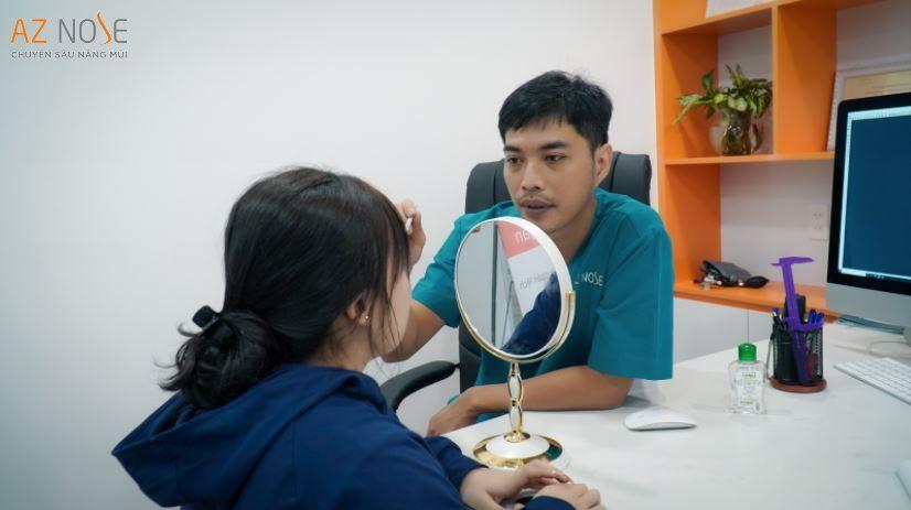 Bác sĩ AZ NOSE tư vấn cho khách hàng thông qua hình chụp CT 3D